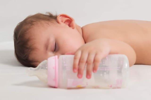 Bình sữa cho bé trai 1 tuổi