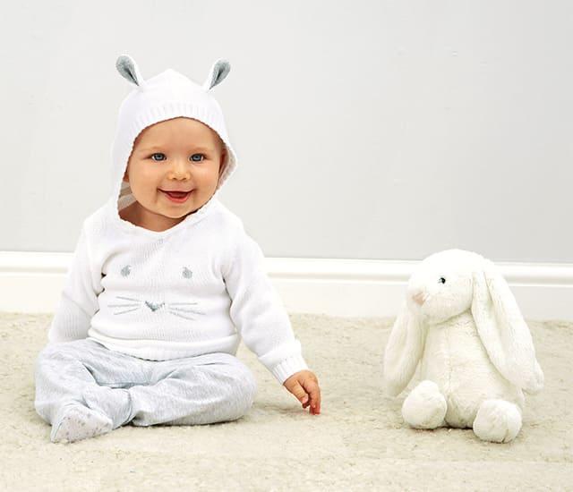 Quần áo là một món quà sinh nhật phù hợp cho bé trai 1 tuổi