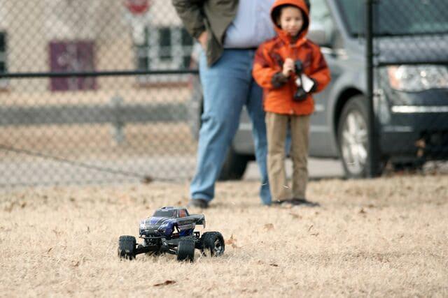 Xe ô tô điểu khiển từ xa cho bé trai