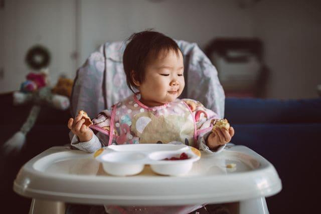 Ghế tập ăn dặm cho bé gái 2 tuổi
