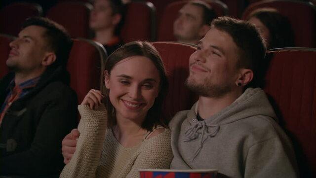 Một buổi xem phim vui vẻ chỉ có hai người