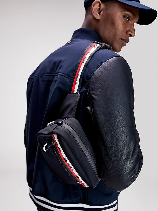 Túi đeo chéo Urban Logo Tape và người mẫu